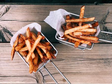 Por que o óleo quente espirra quando fazemos frituras?