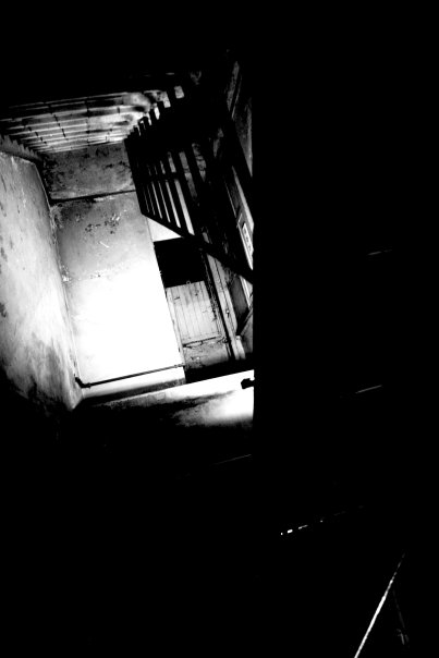 底暗い  階段が上に続いている