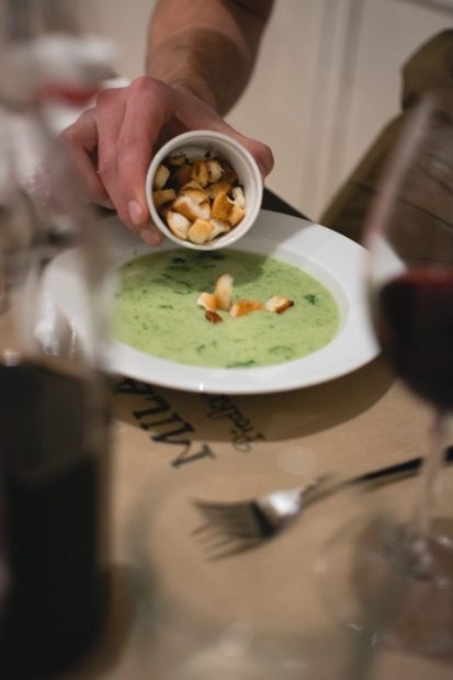 putting-croutons-in-a-spinach-soup-413x620.jpg
