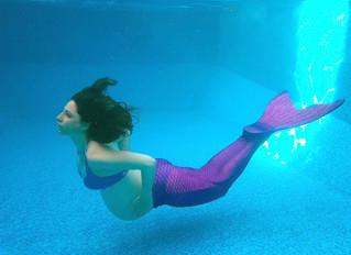 בת הים בהריון מצטלמת מתחת למים