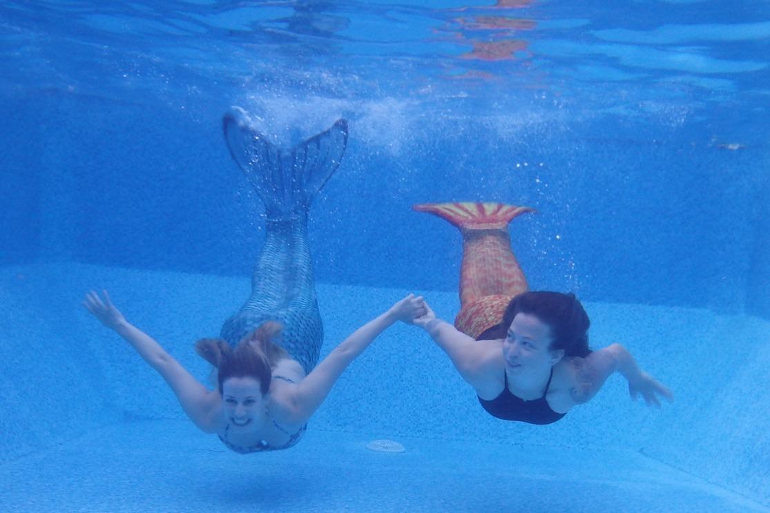 בנות ים במים