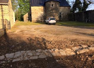 Découverte du mur d'enceinte du manoir