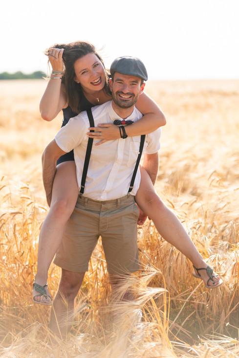 Photographe Chartres Emotions photo couple dans les champs d'orge à Chartres