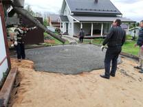 Бетонная площадка во дворе частного дома