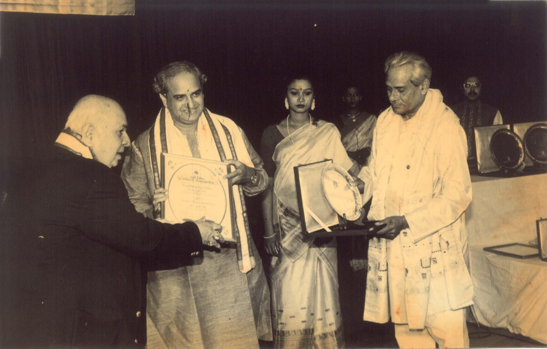 Receiving Jadu Bhatta Puraskar