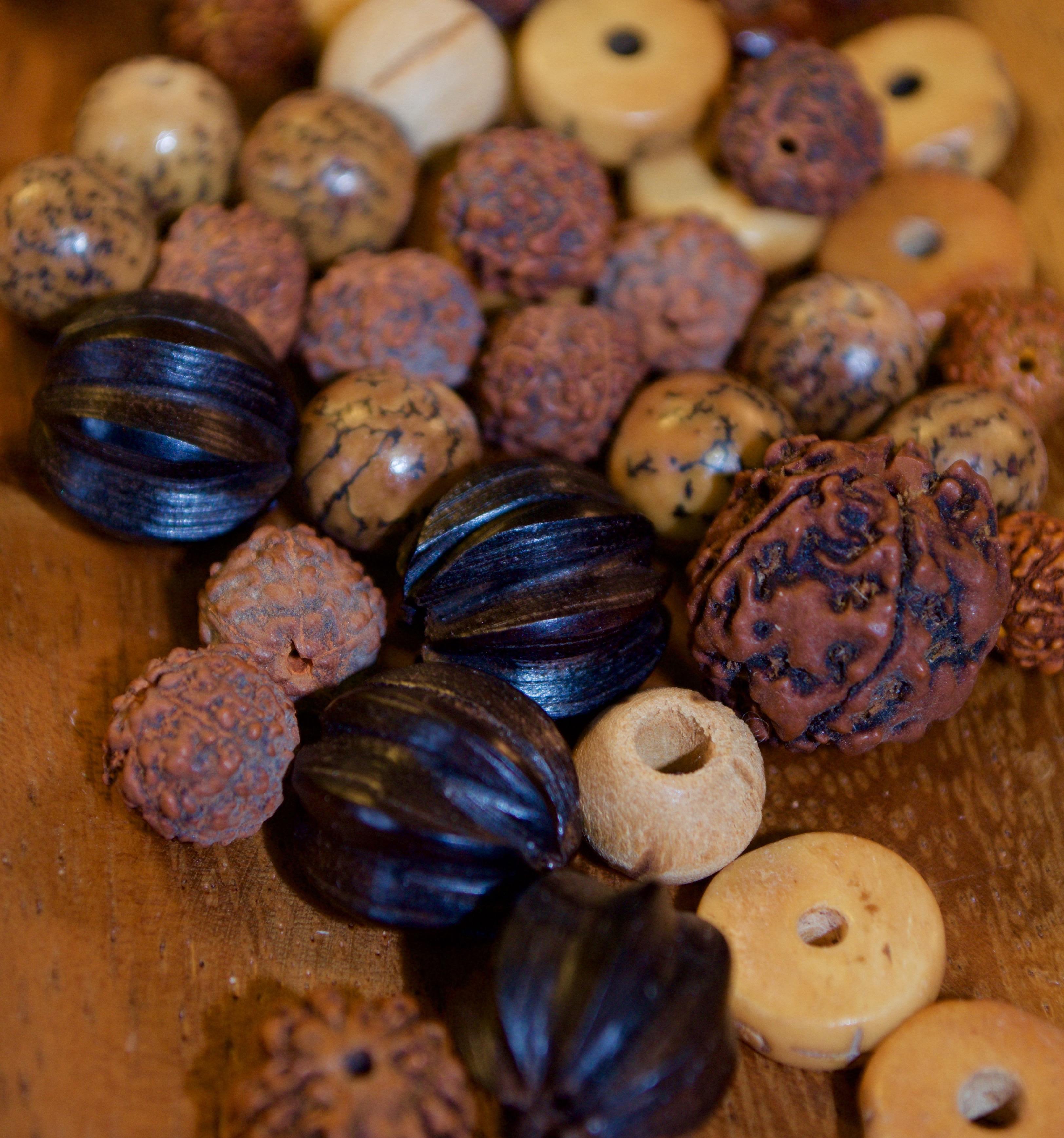 Samen, Nüsse, Holzkugeln
