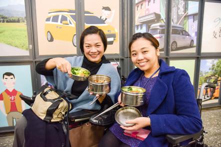 友善特派員楊慧琳與部落客金剛芭比林欣蓓開心享用午餐