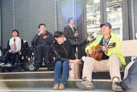 中華電信基金會執行長林三元,會後用熱情的歌聲感染人群
