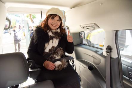 進入車內,座椅也有可拆卸移動,輪椅可以往前推,跟其他家人一起並肩聊天。