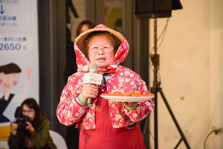 農村代表旱坑社區柿餅婆劉竹英,招待大家品味在地特色農產品柿餅