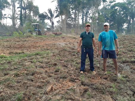 Prefeitura de Capixaba em parceria com agricultores, realiza serviços de gradeamento de terra