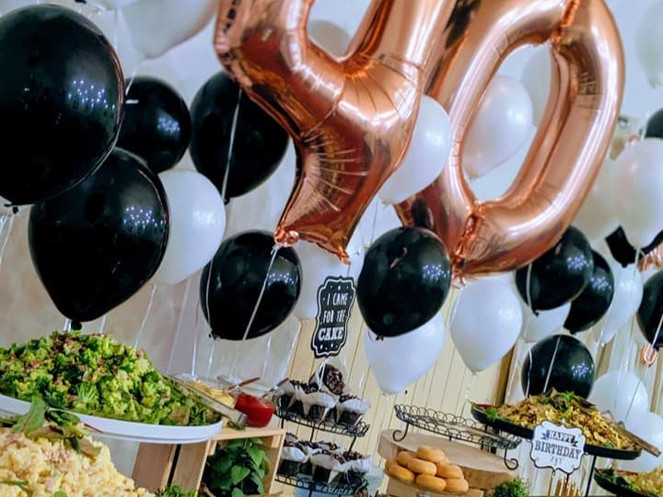 Buffet verziert mit Luftballons