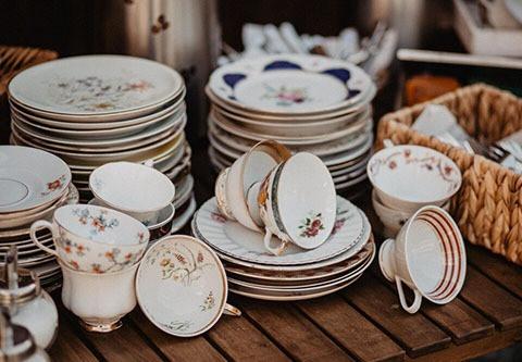 Dekorative Teller und Tassen
