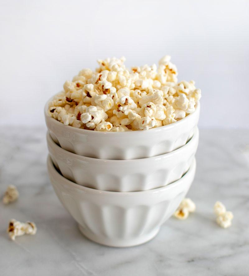 Easy, homemade, healthy, stovetop garlic parmesan popcorn recipe, easy popcorn, stovetop popcorn, healthy popcorn, savory popcorn, gluten free snacks, organic snacks, healthy snacks #popcorn #organic #organicpopcorn #stovetoppopcorn #healthy #garlic #parmesan
