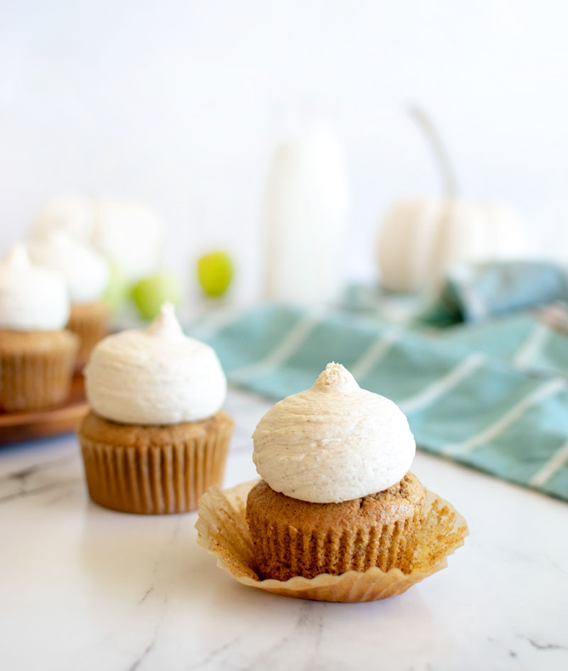 Easy recipe for pumpkin spice cupcakes. holiday cupcakes, cupcakes, pumpkin cupcakes, pumpkin spice cupcakes, organic baking, easy recipes, #pumpkinspice #pumpkin #cupcakes #pumpkinspicecupcakes #thanksgiving
