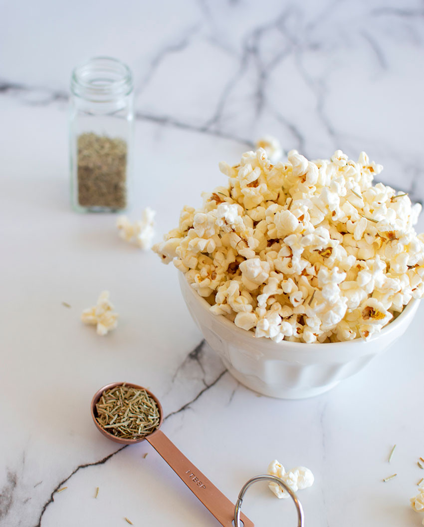 Homemade movie theater popcorn recipe, homemade popcorn, popcorn, organic, organic popcorn, rosemary, rosemary sea salt, rosemary popcorn, gluten free, easy snack recipes, snacks #snacks #popcorn #popcornrecipe #rosemary #seasalt #organicpopcorn