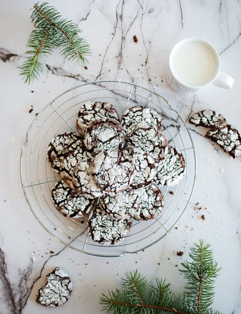 Easy Chocolate Crinkle Cookies are a perfect recipe for Christmas, chocolate crinkle cookies, crinkle cookie recipe, easy crinkle cookies, gluten free crinkle cookies, chocolate cookies #organiccookies #organic #chocolatecrinklecookies #crinklecookies #glutenfree #glutenfreecookies #highaltitude #highaltitudebaking