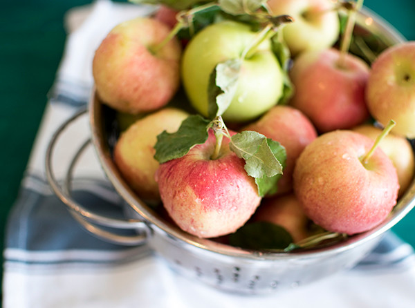 A bowl full of fresh apples