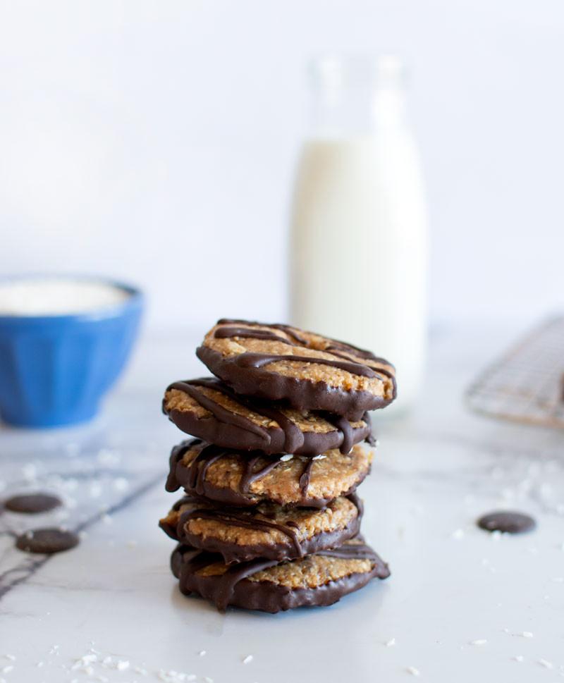 Healthy Girl Scout Samoa cookies, no bake Samoa cookies, gluten free samoa cookies, girl scout copycat recipe, samoa cookie recipe, no bake cookie recipe #nobakecookies #nobakerecipe #samoacookies #girlscoutcookies #samoacookierecipe
