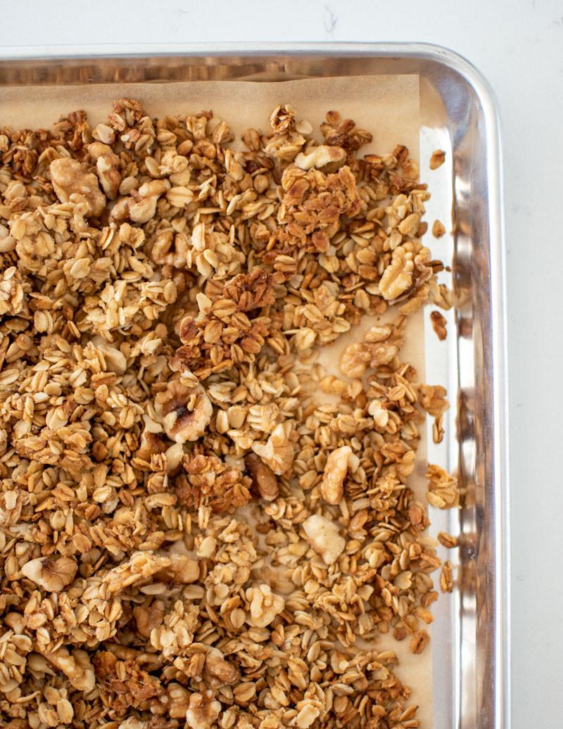 The best easy and healthy homemade granola recipe, easy homemade granola recipe, honey granola recipe, homemade cereal, parfait recipe, easy summer recipe #granola #glutenfree #breakfast #breakfastrecipe #homemadegranola #homemade #highaltitudebaking