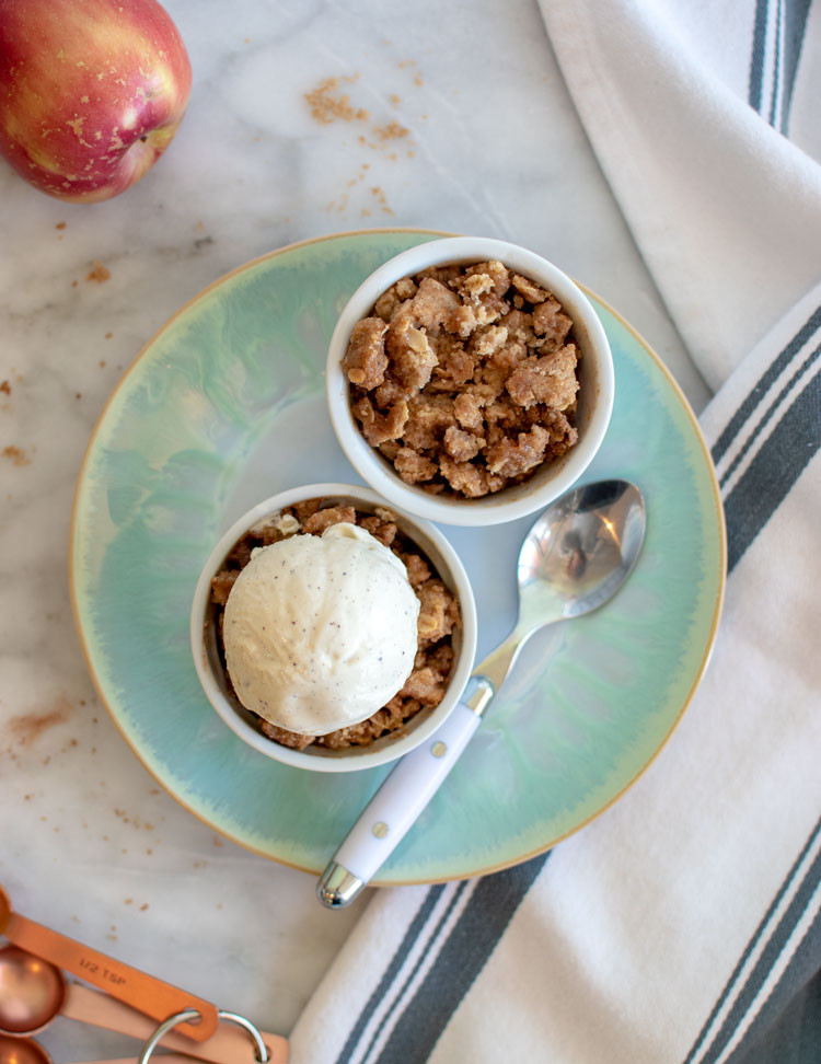 Easy and healthy apple crisp recipe, gluten free apple crisp recipe, organic apple crisp, apple crisp with oats, healthy apple crisp, thanksgiving recipe, thanksgiving dessert, best thanksgiving pie alternative #applecrisp #glutenfree #glutenfreeapplecrisp #glutenfreethanksgiving #glutenfreedessert #applecinnamon