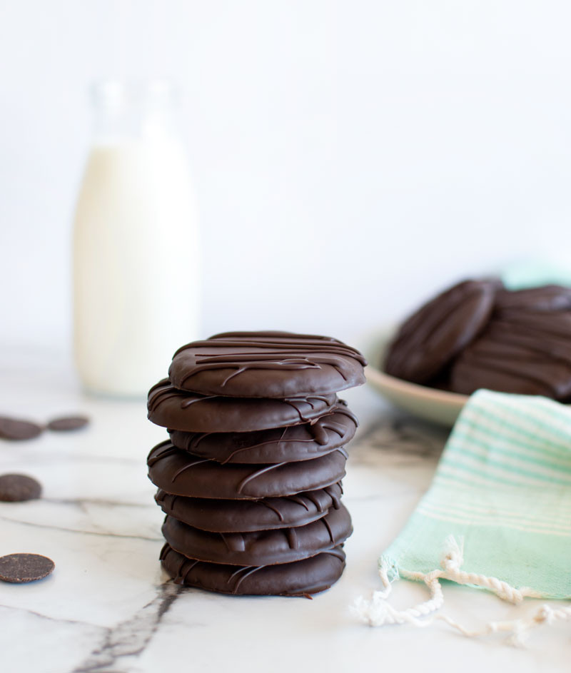 Homemade Thin Mint Girl Scout cookie recipe, homemade thin mints, girl scout cookies, gluten free thin mint cookies, thin mint cookie recipe, dark chocolate thin mints, mint chocolate cookies, organic girl scout cookies #thinmints #girlscouts #girlscoutcookies #oragnic