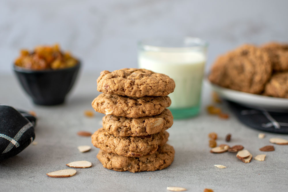 Healthy Oatmeal Raisin Almond Cookie recipe that's so easy! Soft and chewy oatmeal cookie with a hint of cinnamon, golden raisins, and almonds. This yummy cookie is healthier than most and it's one the whole family will love #organiccookies #oatmeal #oatmealcookies #oatmealraisin #organic #healthycookies #snackcookies