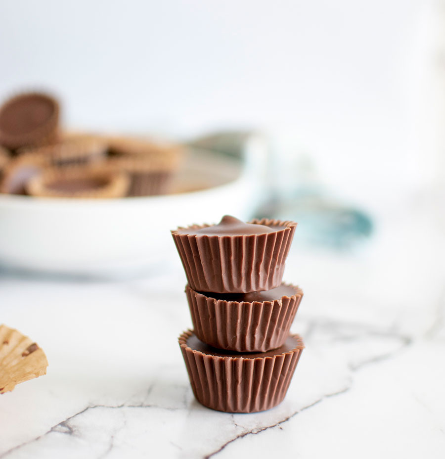 Easy peanut butter cups, candy, organic candy, homemade candy, from scratch candy, peanut butter cups, chocolate peanut butter, easy recipes, easy candy, easy candy recipe #organic #organiccandy #candy #homemadecandy #fromscratch