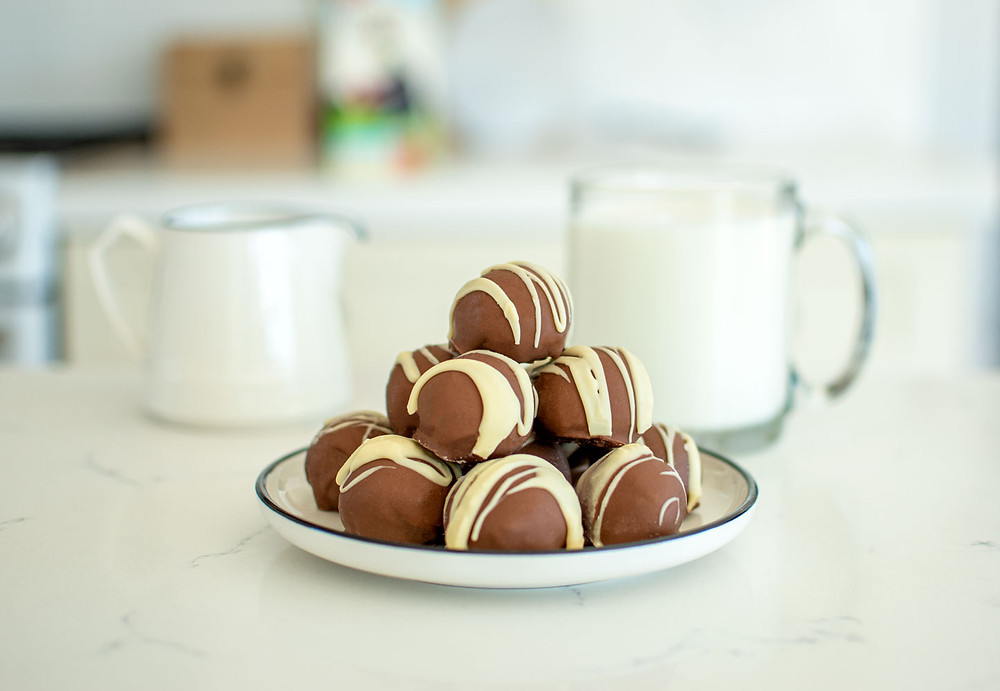 Easy hot chocolate bomb recipe that doesn't require a mold. This recipe for Hot Chocolate Bombs is so easy, no molds needed to make these hot chocolate bombs. You can easily make them and have your kids help! Just heat milk, drop bomb in, and stir to create amazing hot chocolate #organic #organichotchocolate #hotchocolate #hotchocolatebomb #easyhotchocolate #hotchocolatebombrecipe #christmasrecipe