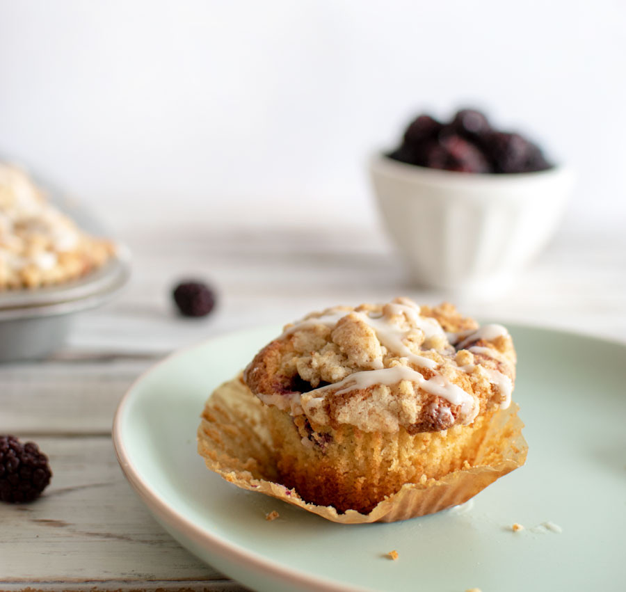 Healthy breakfast muffins, honey muffins, blackberry muffins, blueberry muffins, organic muffins, crumble top muffins, high altitude muffins #honeymuffins #breakfastmuffins #muffins #highaltitudebaking