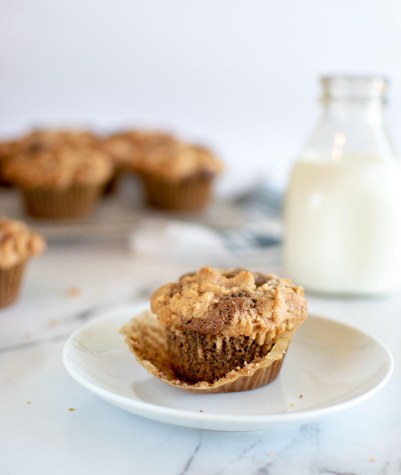 Easy and healthy coffee cake muffin recipe, muffins, easy muffins, organic muffins, gluten free muffins, crumb top muffins, coffee muffins #coffeecake #coffee #muffins #organicmuffins #glutenfree #glutenfreemuffins