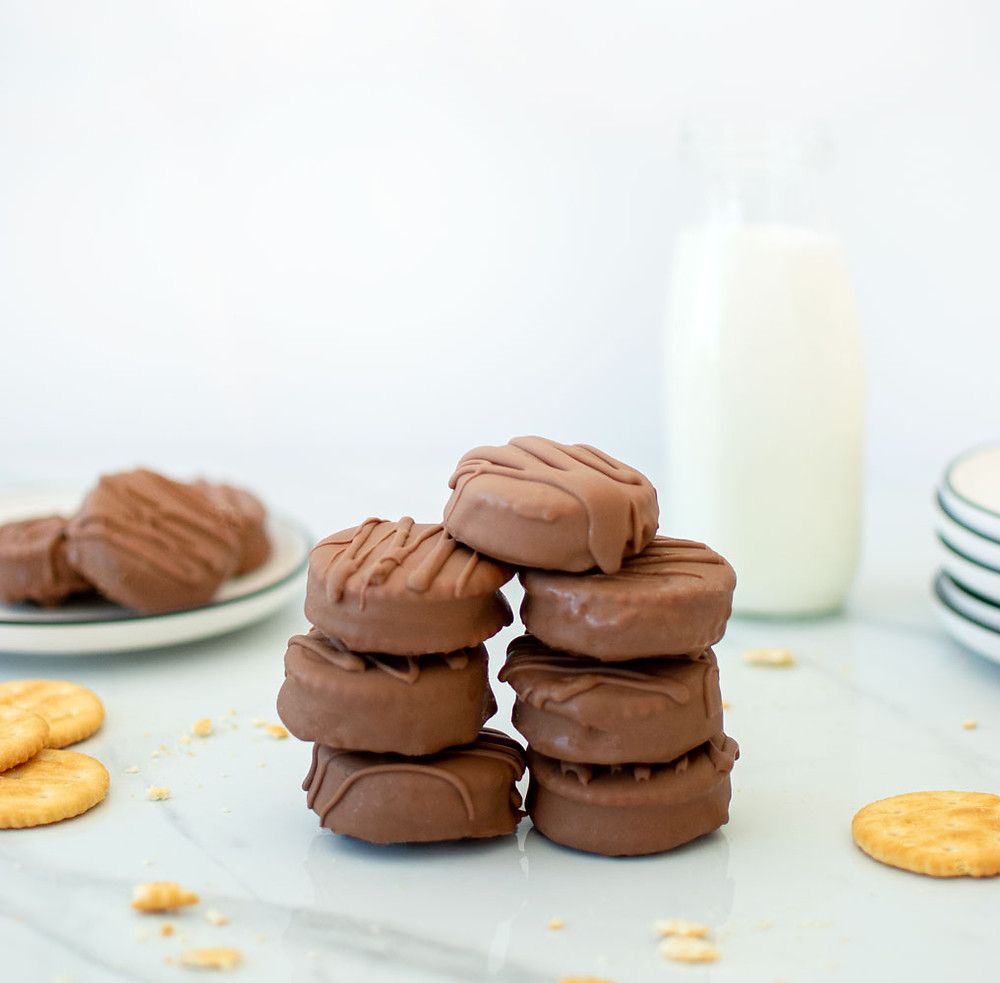 Easy and delicious organic Ritz cracker peanut butter cookie recipe. This simple cookie recipe only uses 6 ingredients and you probably have them all in your pantry already! The best Chocolate Peanut Butter Cracker Cookie recipe that's perfect for Christmas or any time of year #organiccookies #organicrecipe #ritzcrakcercookies #organiccrackers #peanutbuttercookies