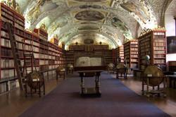 1280px-Sala_della_Teologia_-_Biblioteca_del_monastero_di_Strahov_-_Repubblica_Ceca