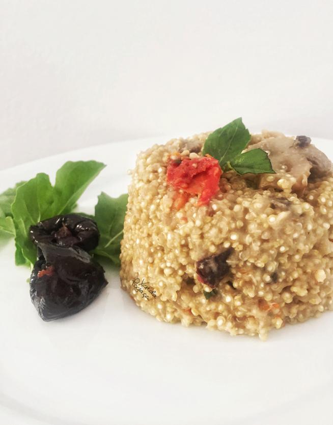Risoto de quinoa com cogumelos e ameixas