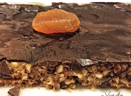 TORTA RAW DE DAMASCO E MAÇÃ COM COBERTURA CROCANTE DE CHOCOLATE
