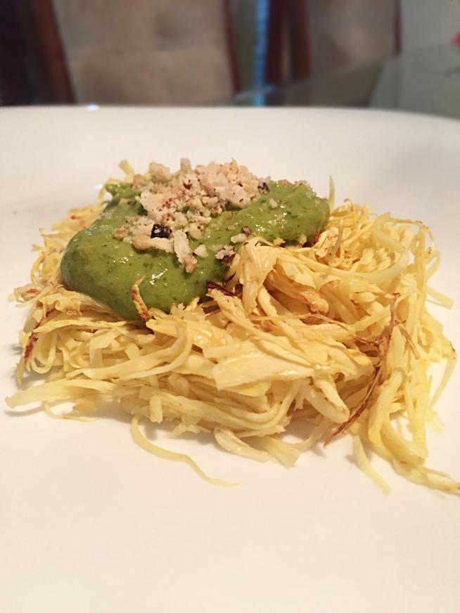 Espaguete de pupunha ao pesto de avocado.