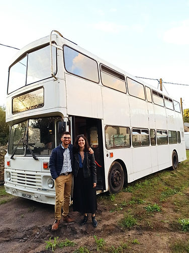 couple devant bus à étage anglais