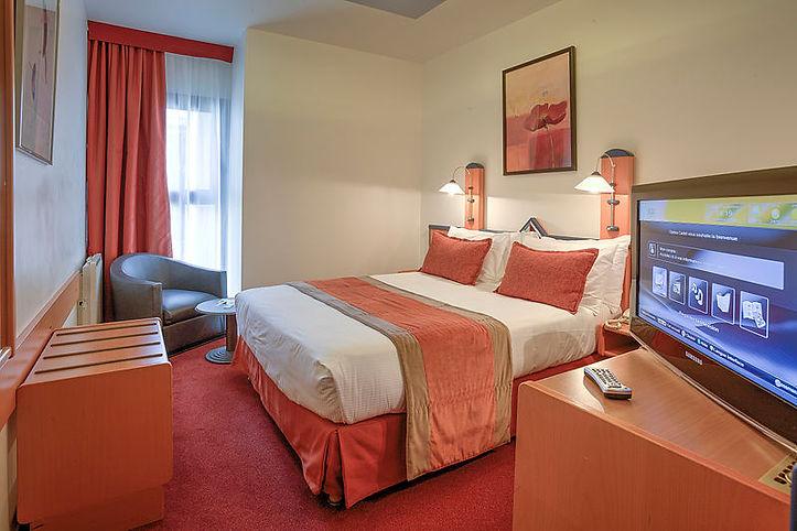 Double_room_1_-_Paris_Opera_Cadet_Hotel.