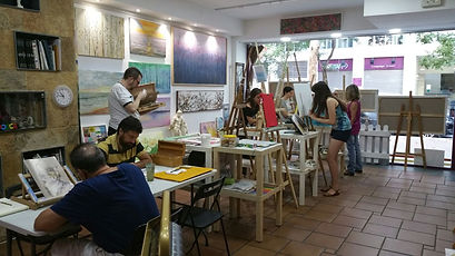 Alumnos dando clase de pintura