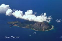 噴煙をあげる火山島、硫黄島(鹿児島県)