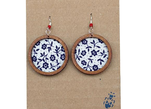 The Tiny Bug - Ohrring groß - Weißer Stoff mit Blauen Blumen, Rote Perle