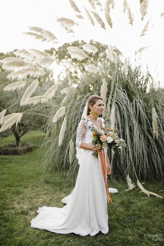 Mariée et son bouquet ambiance herbes de