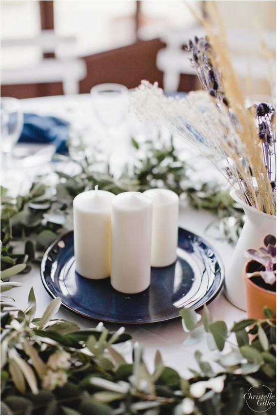 Centre de table avec bougies et feuillage