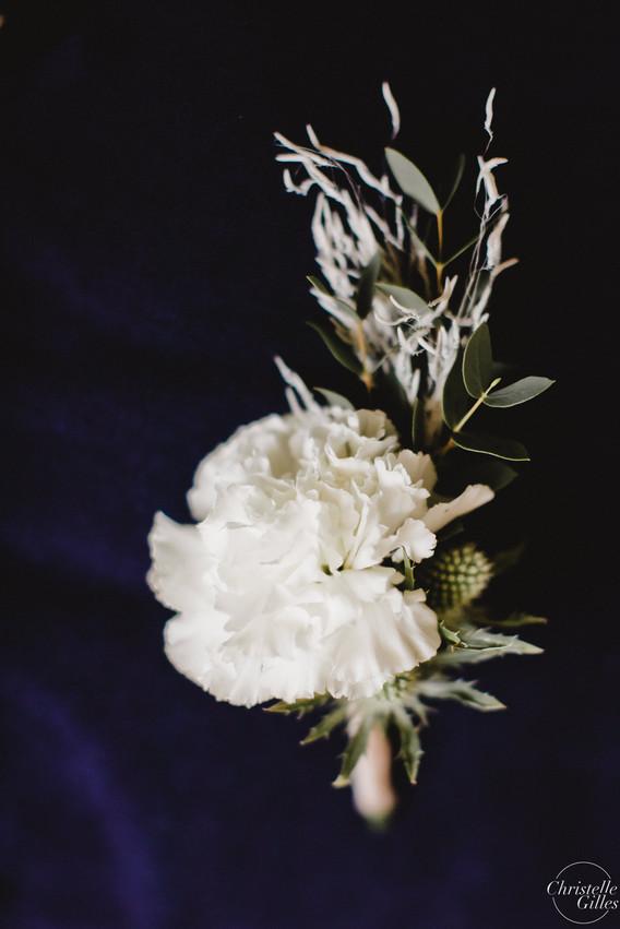 Boutonnière marié œillet blanc hanayafle