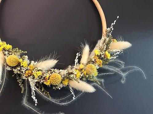 Victorine - Suspension de fleurs séchées jaune en rotin