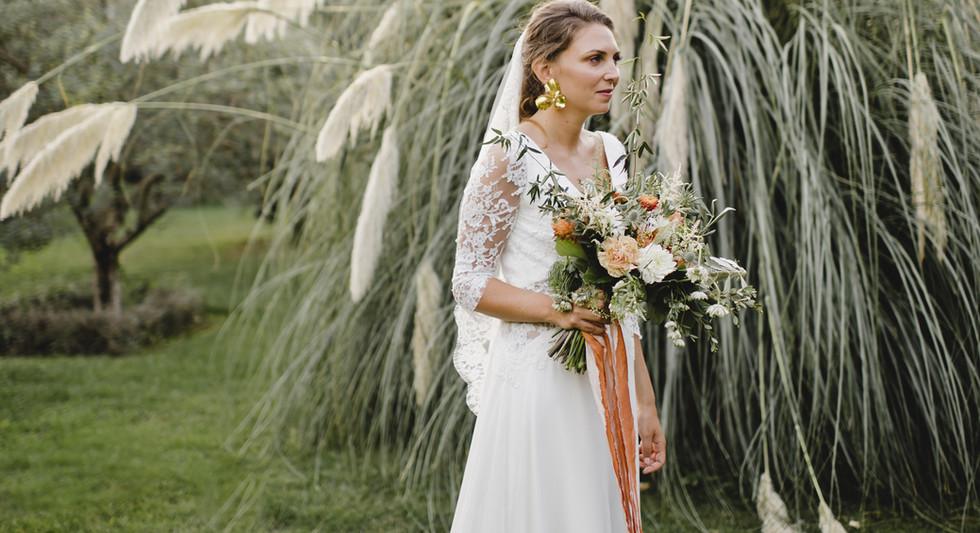 La mariée sur fond d'herbes de pampa