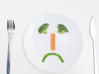 """""""Quando você come muito pouco, teu corpo sente e para de emagrecer'. SERÁ?"""