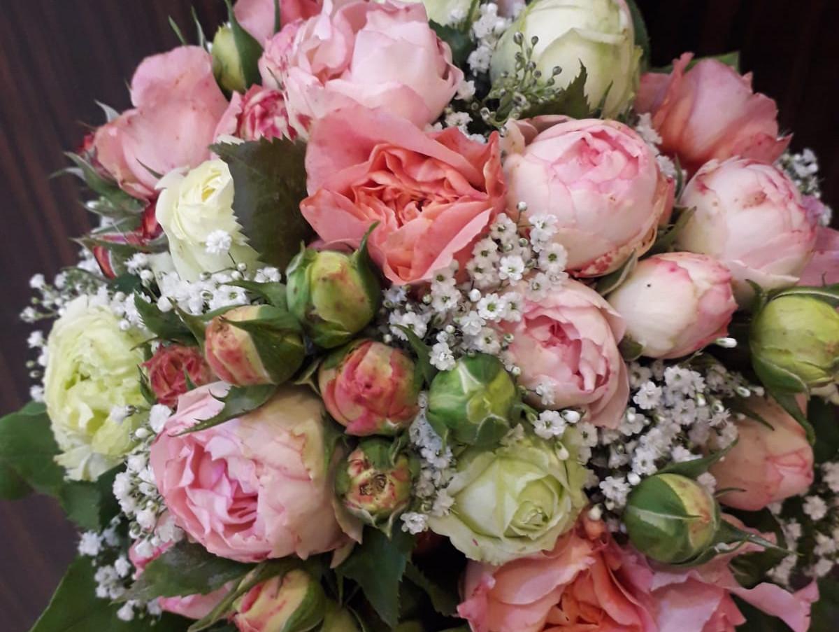 IMG-20201014-WFellner Blumen Hochzeitsfloristik Brautstrauß rund1.jpg