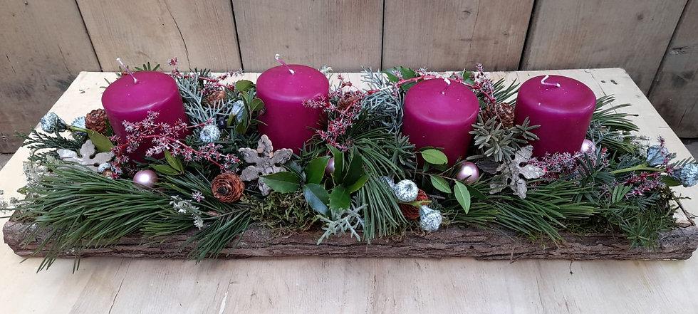 Fellner Blumen Adventkranz auf Holzbrett