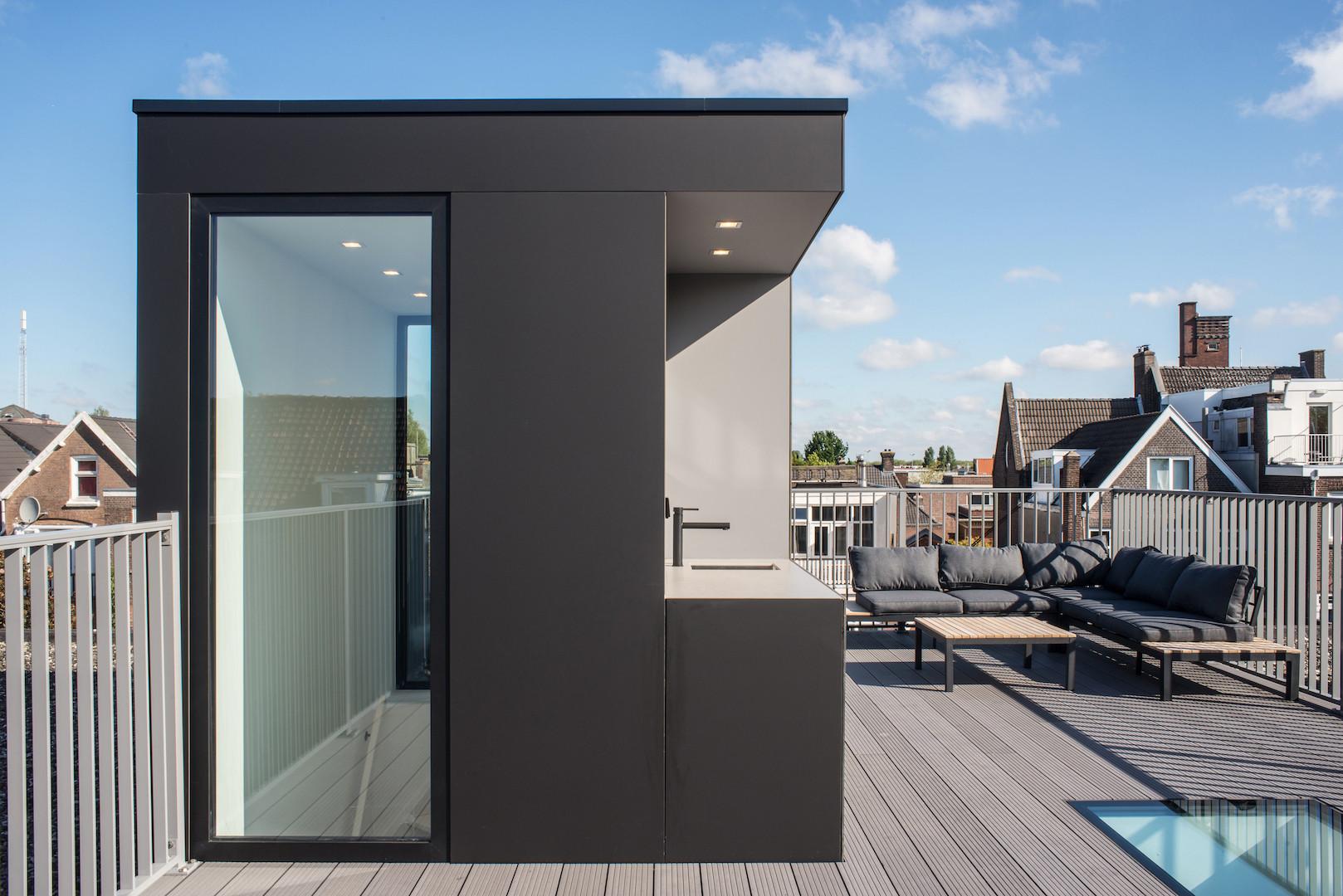 Opbouw op dakterras in woning aan de Beatrijsstraat in Rotterdam.